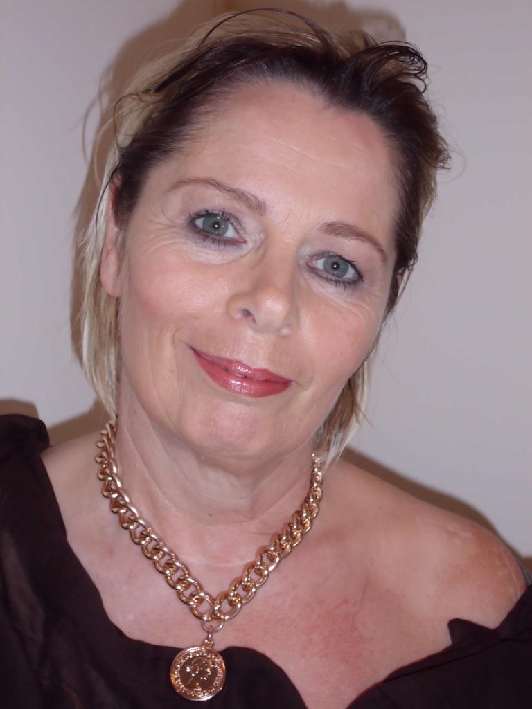 nachher mit elegantem Abend-Make-up in warmen Farben